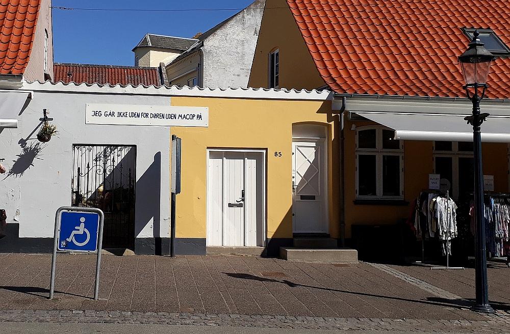 Et af Gudrun Hasle's ordbilleder i Adelgade i Bogense. April 2018. Foto: Bjørn Andersen