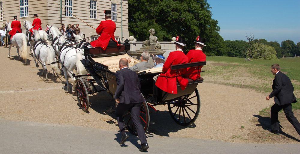 Hs Majestæt Dronningen og Prinsgemalen på vej til en 'revitalisering' af Eremitageslottet. Foto: Bjørn Andersen